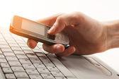 Hombre enviando o lectura de sms en su teléfono móvil — Foto de Stock
