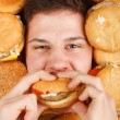 Man eating hamburger — 图库照片