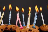 蜡烛的美味巧克力松饼 — 图库照片