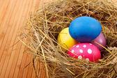 Påsk boet med ägg på bordet — Stockfoto