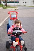 Den lilla vackra flickan med cykel — Stockfoto