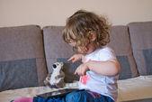 Dziecko dziewczynka gra na laptopie — Zdjęcie stockowe