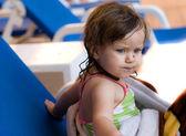 女婴在游泳池中游泳 — 图库照片