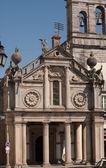 Facciata della chiesa con figure muscolare globi di supporto. — Foto Stock