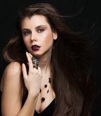 Belle jeune fille brune. bonne santé maquillage long cheveux et vacances. bijoux. — Photo