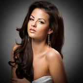 Elegante donna alla moda con gioielli in argento — Foto Stock