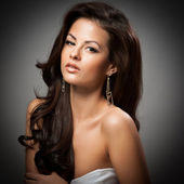 銀製の宝石類でエレガントなおしゃれな女性 — ストック写真