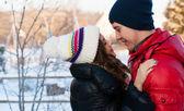在爱情中幸福的微笑情侣. — 图库照片