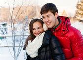 Gülümseyerek mutlu bir çift aşık. — Stok fotoğraf