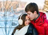 Pareja sonriente feliz en el amor. sobre fondo blanco — Foto de Stock