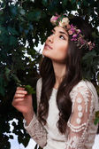 Vacker flicka i djungeln — Stockfoto