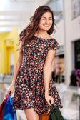 Piękna kobieta z torby na zakupy w centrum handlowym. — Zdjęcie stockowe