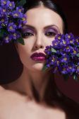 Bello rostro de la chica de moda. maquillaje. maquillaje y manicura. esmalte de uñas. belleza de la piel y las uñas. salón de belleza — Foto de Stock