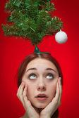 Förvånad tjej över röd bakgrund. julen är till hands koncept — Stockfoto