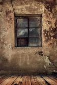 Quarto em uma velha casa abandonada com grunge muro e piso de madeira — Fotografia Stock