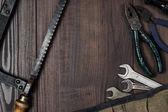 木製の背景にある楽器をさびた建設 — ストック写真