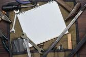 施工工具和空白记事本 — 图库照片