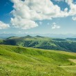 Summer mountains landscape green grass and blue sky — Stockfoto
