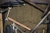 Anciens instruments de construction rouillée sur fond en bois — Photo