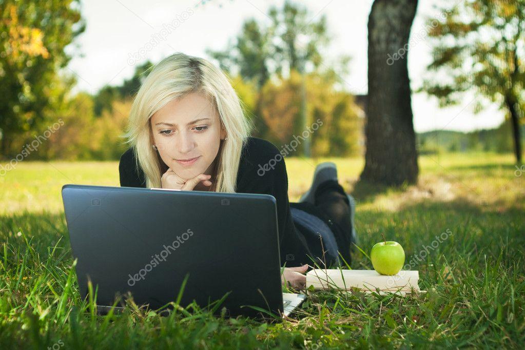 Студентка на траве 4 фотография