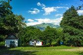 Alcune case tradizionali in estate sulle montagne — Foto Stock