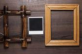 Puste ramki i stare zdjęcie na tle drewniany stół — Zdjęcie stockowe