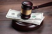 Rechter hamer en geld op bruin houten tafel — Stockfoto