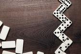 多米诺骨牌件木制表的背景上 — 图库照片