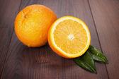 Naranjas frescas en la mesa de madera de castaño — Foto de Stock