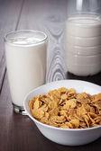 Bardak süt ve kâse mısır gevreği — Stok fotoğraf