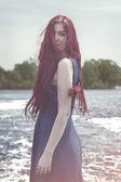 Donna dai capelli rossi in piedi nel fiume — Foto Stock