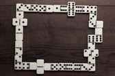 Piezas de dominó en el fondo de la tabla de madera — Foto de Stock
