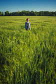 Girl and green field in the morning — Stock Photo
