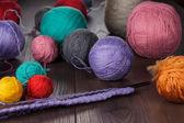 Stricknadeln und bälle von threads — Stockfoto