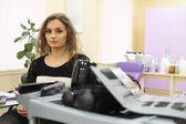 Girl in a beauty salon — Stock Photo