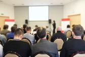El público escucha en una sala de conferencias — Foto de Stock