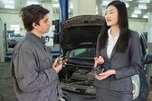 Mechanic  with client — Stock Photo