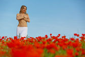 Nude girl in a poppy field — Stock Photo