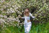 девушка в цветущий весенний сад — Стоковое фото