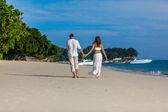 Paar an einem tropischen strand — Stockfoto