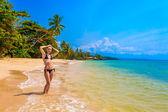 Flicka på en tropisk strand — Stockfoto