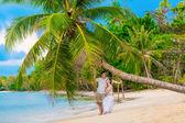 Pár na tropické pláži — Stock fotografie