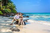Paar verliefd op het strand — Stockfoto
