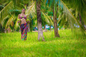 девушка с зеленые кокосы — Стоковое фото