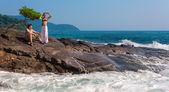 Verliefde paar op een rotsachtige strand — Stockfoto