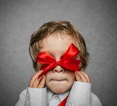Bambino piccolo con scatola regalo argento — Foto Stock