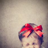 Malé dítě s stříbrné krabičky — Stock fotografie