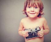 Garçon avec un vieil appareil photo — Photo