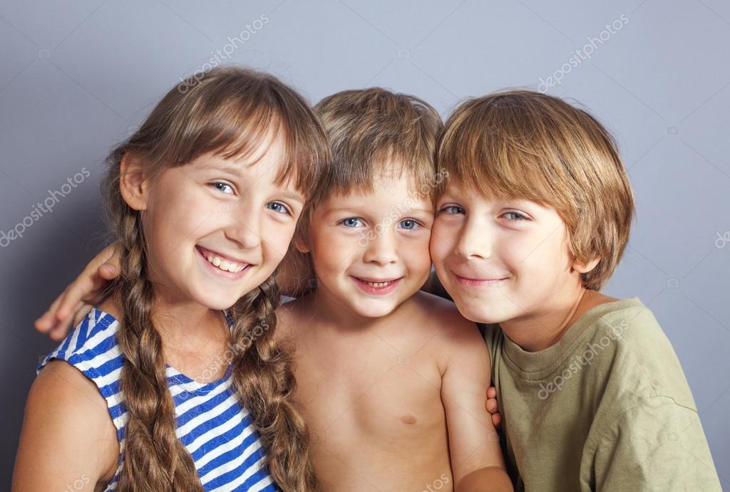 漂亮可爱的妹妹拥抱年轻兄弟