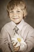 Niño traje clásico con flores — Foto de Stock
